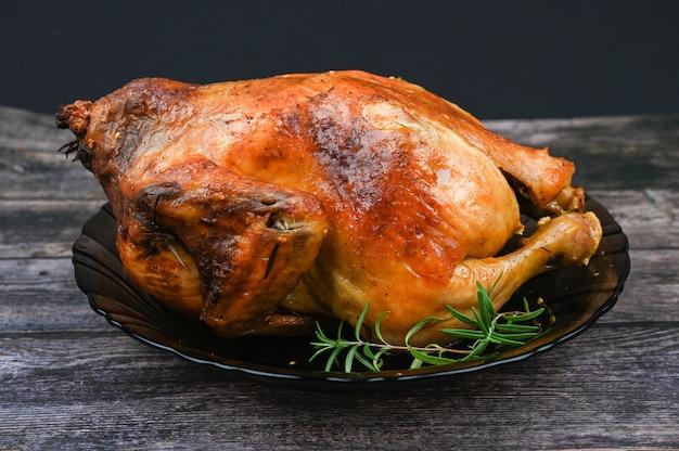 Pieczony kurczak na drewnianym tle