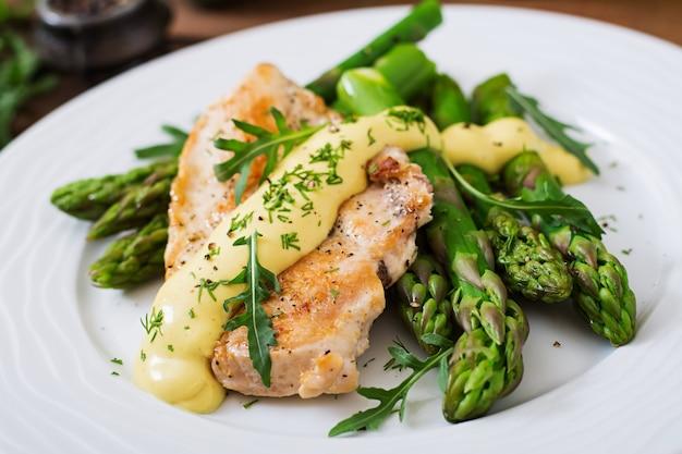 Pieczony kurczak przyozdobiony szparagami i ziołami