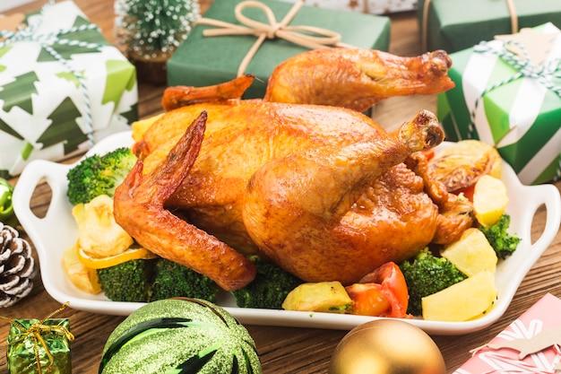 Pieczony kurczak w całości ze świąteczną dekoracją