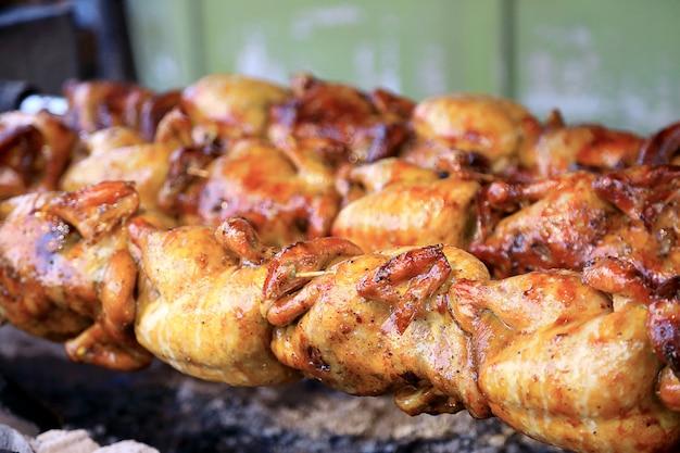 Pieczony kurczak w piecach, tradycyjny styl.