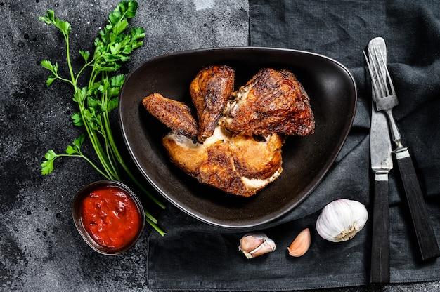Pieczony kurczak w stylu pekińskim. czarne tło. widok z góry
