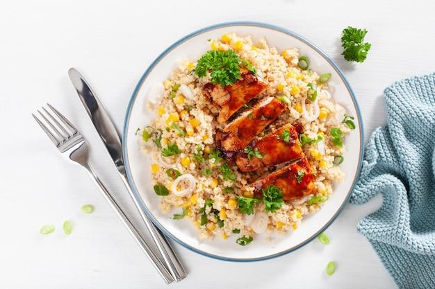 Pieczony kurczak z grilla z cebulą komosy ryżowej quinoa, zdrowy lunch
