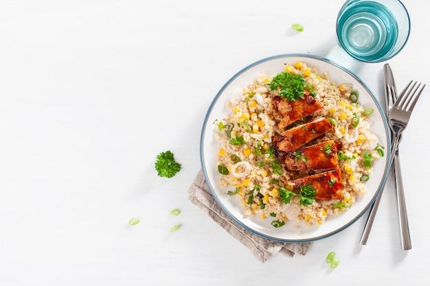Pieczony kurczak z grilla z cebulą kukurydzianą, zdrowy lunch