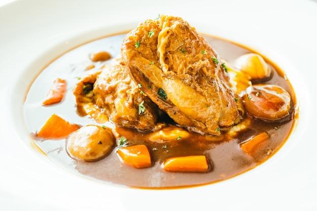 Pieczony kurczak z sosem z czerwonego wina