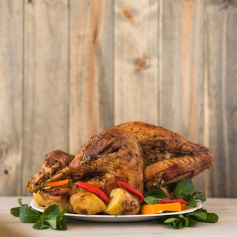 Pieczony kurczak z warzywami na talerzu