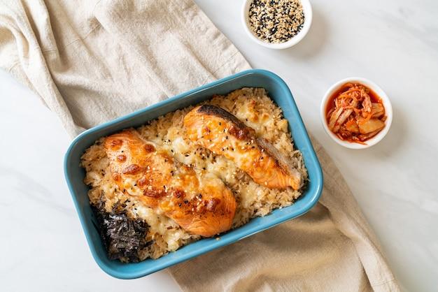 Pieczony łosoś z serem i pikantną miską ryżu miso