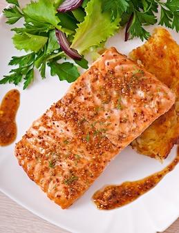 Pieczony łosoś z sosem miodowo-musztardowym i zapiekanką ziemniaczaną