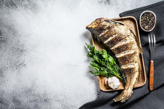 Pieczony plamiak w całości rybny na desce do krojenia