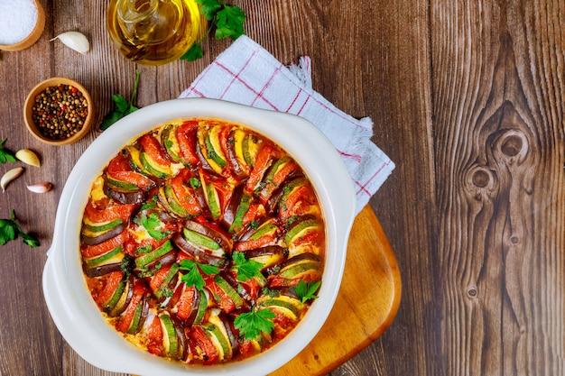 Pieczony ratatouille z bakłażanów, cukinii, pomidorów w sosie domowej roboty.