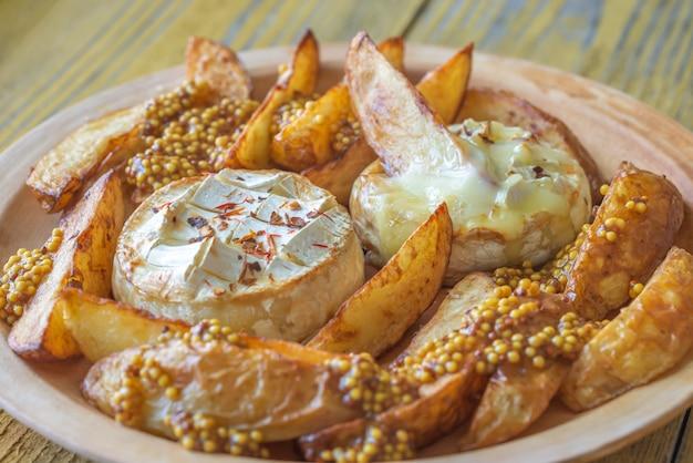 Pieczony ser camembert z ziemniakami