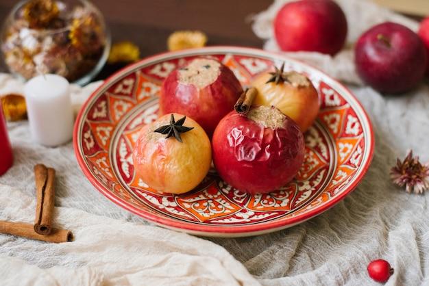 Pieczony ser jabłkowy na pięknym wzorzystym talerzu