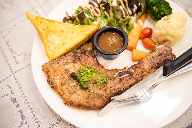 Pieczony stek wieprzowy, grillowany kotlet schabowy z warzywnymi przyprawami ziołowymi pieprz czarny kukurydza