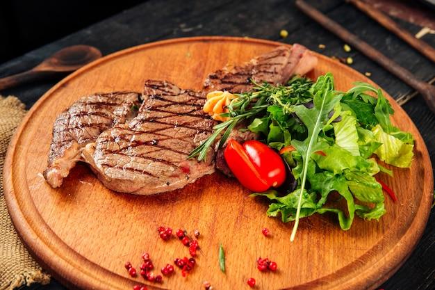 Pieczony stek wołowy z grilla na desce