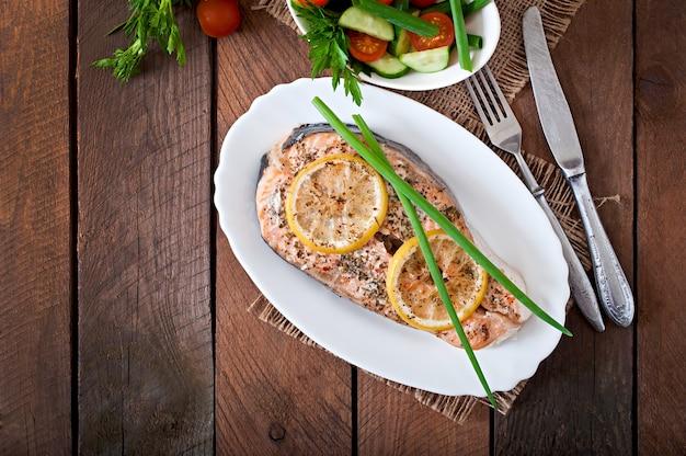 Pieczony stek z łososia z ziołami, cytryną i sałatką