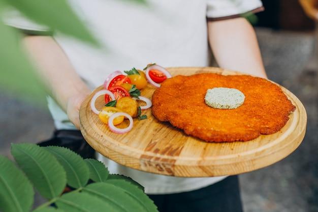 Pieczony sznycel na talerzu z warzywami