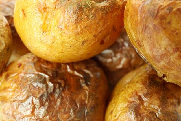 Pieczony ziemniak na całym tle, z bliska.