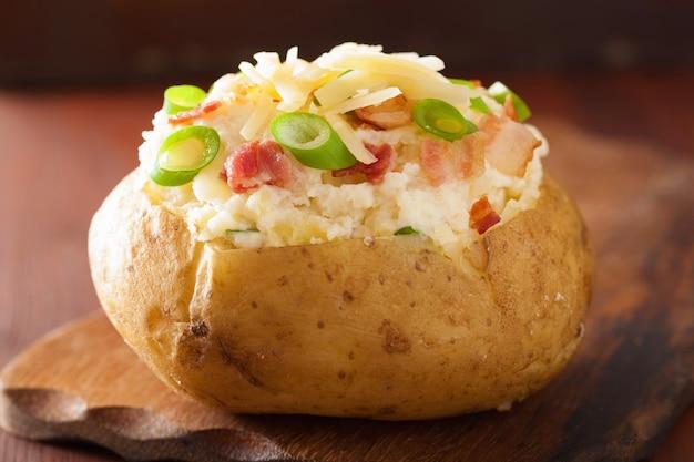 Pieczony ziemniak w marynacie z boczkiem i serem