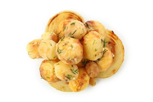 Pieczony ziemniak z cebulą na białym tle.