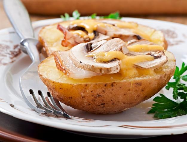 Pieczony ziemniak z pieczarkami i boczkiem