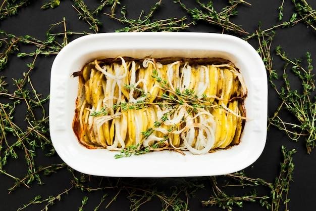 Pieczony ziemniak z plasterkami tymianku