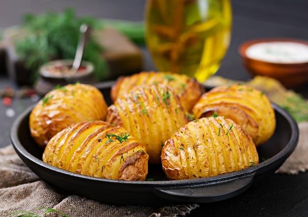 Pieczony ziemniak z ziołami. wegańskie jedzenie. zdrowy posiłek.