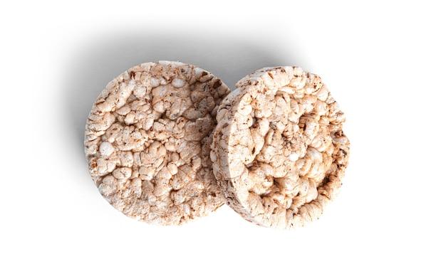 Pieczywo chrupkie na białym tle. wafle ryżowe na białym tle