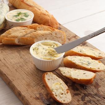 Pieczywo czosnkowe masło ziołowe bagietka tymianek rozmaryn kolendra oregano