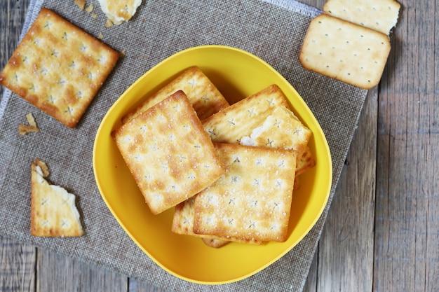 Pieczywo krakersy z masłem cukrowym i pieczywem solnym w porze kawowej.
