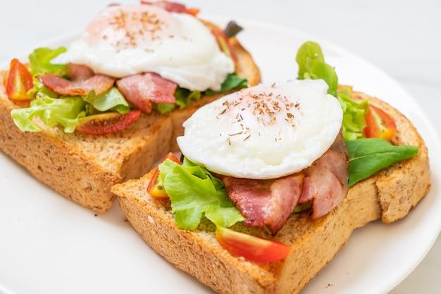 Pieczywo pełnoziarniste zapiekane z warzywami, boczkiem i jajkiem