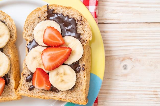 Pieczywo pełnoziarniste ze świeżym bananem, truskawką i czekoladą