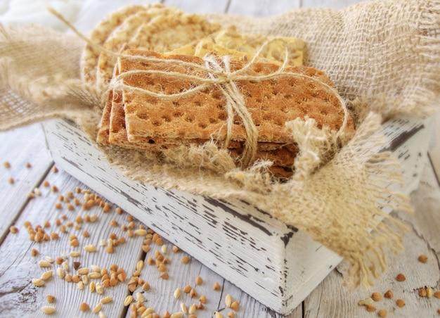 Pieczywo pszenne i pieczywo chrupkie ze słonecznikiem w drewnianym pudełku vintage