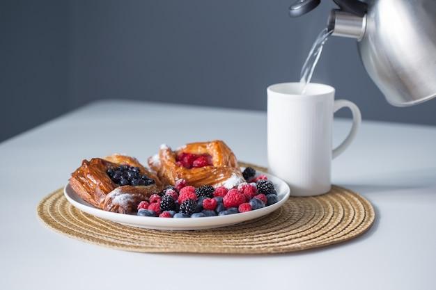 Piekarnia i filiżanka herbaty na białym stole