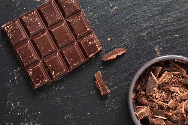 Piekarnia przygotowania mieszkanie nieatutowa siekana dojna czekolada na czarnym tle z kopii przestrzenią