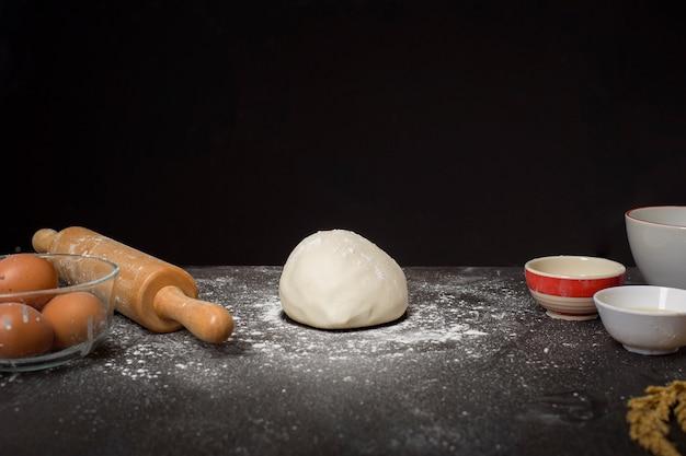Piekarnia składniki na czarnym drewnianym stole