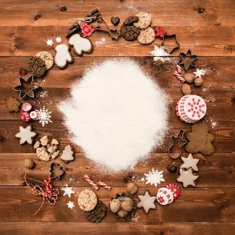 Piekarnia tło z składników do gotowania, zdobione świąteczne pierniki. cukier puder, miejsce na kopię, widok z góry