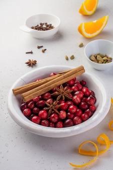 Piekarnia tło ze składnikami do gotowania świąteczne wypieki. mąka, brązowy cukier, żurawina i przyprawy widok z góry