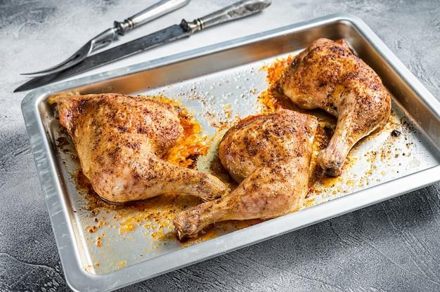 Piekarnik pieczone udka z kurczaka z grilla w naczyniu do pieczenia