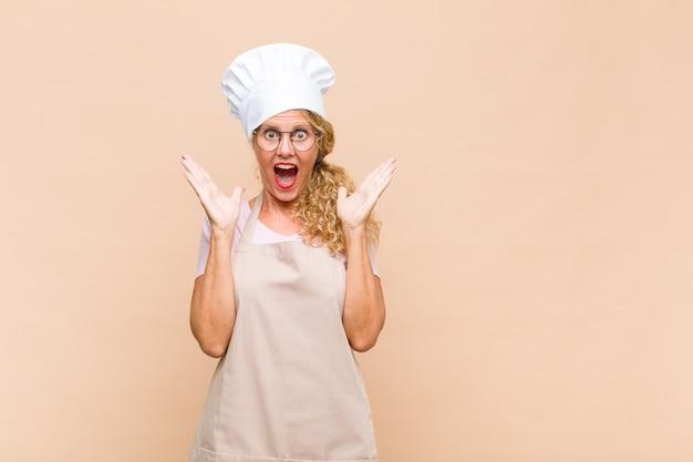 Piekarz kobieta w średnim wieku, szczęśliwa i podekscytowana