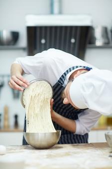 Piekarz w pracy