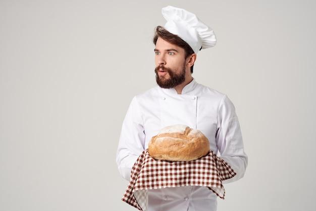 Piekarz z chlebem w ręku na białym tle