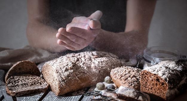 Piekarz z mąką w ręku