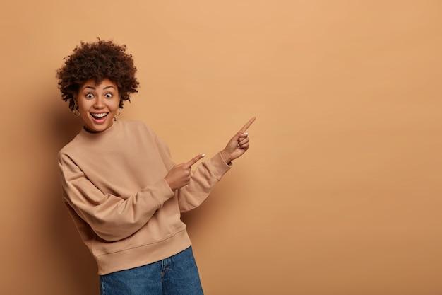 Piękna african american kobieta w beżowym swetrze