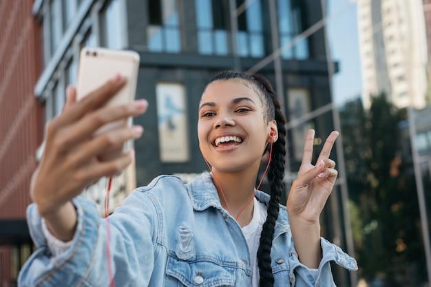 Piękna african american kobieta z robieniem selfie