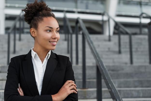 Piękna afro amerykańska kobieta patrzeje daleko od