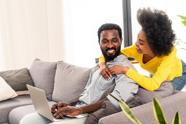 Piękna afro-amerykańska para pracująca na komputerze laptop - nowoczesna para zakupy online