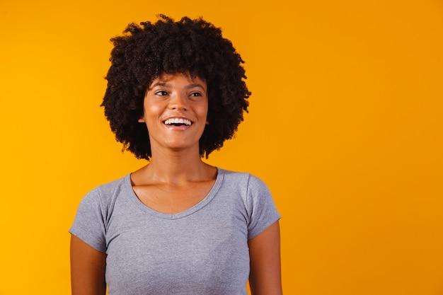 Piękna afroamerykańska dziewczyna z uśmiechniętą fryzurą w stylu afro