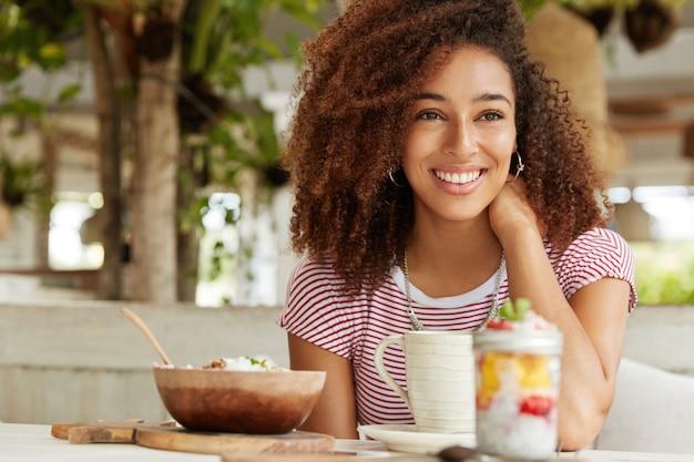Piękna afroamerykańska kobieta w kawiarni