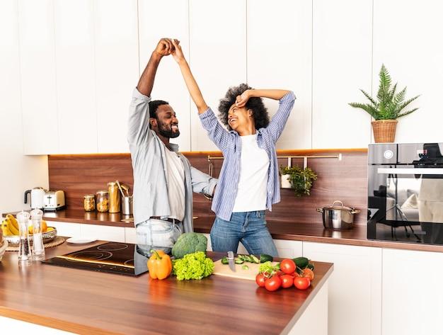 Piękna afroamerykańska para gotuje w domu piękna czarna para przygotowuje obiad
