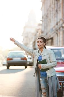 Piękna afrykańska dziewczyna łapie samochód