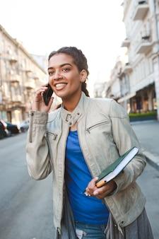Piękna afrykańska dziewczyna opowiada na telefonie komórkowym